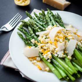 Asparagus Mimosa | bloggingoverthyme.com