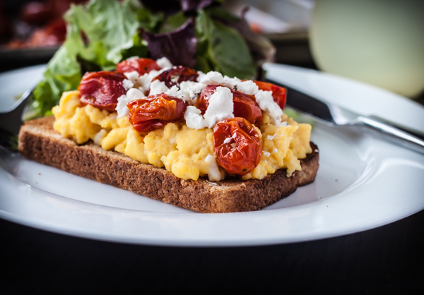 Bain-Marie Scrambled Eggs with Roasted Tomatoes + Goat Cheese | bloggingoverthyme.com