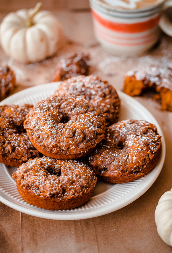 Baked Pumpkin Doughnuts with Cardamom Crumble. So EASY, fluffy, and ...