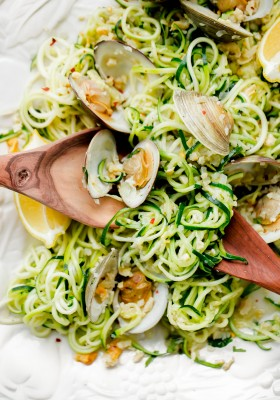 Zucchini Linguini with Garlic Clam Sauce. An EASY, healthy dinner recipe made with zucchini noodles. Less than 250 calories per serving!